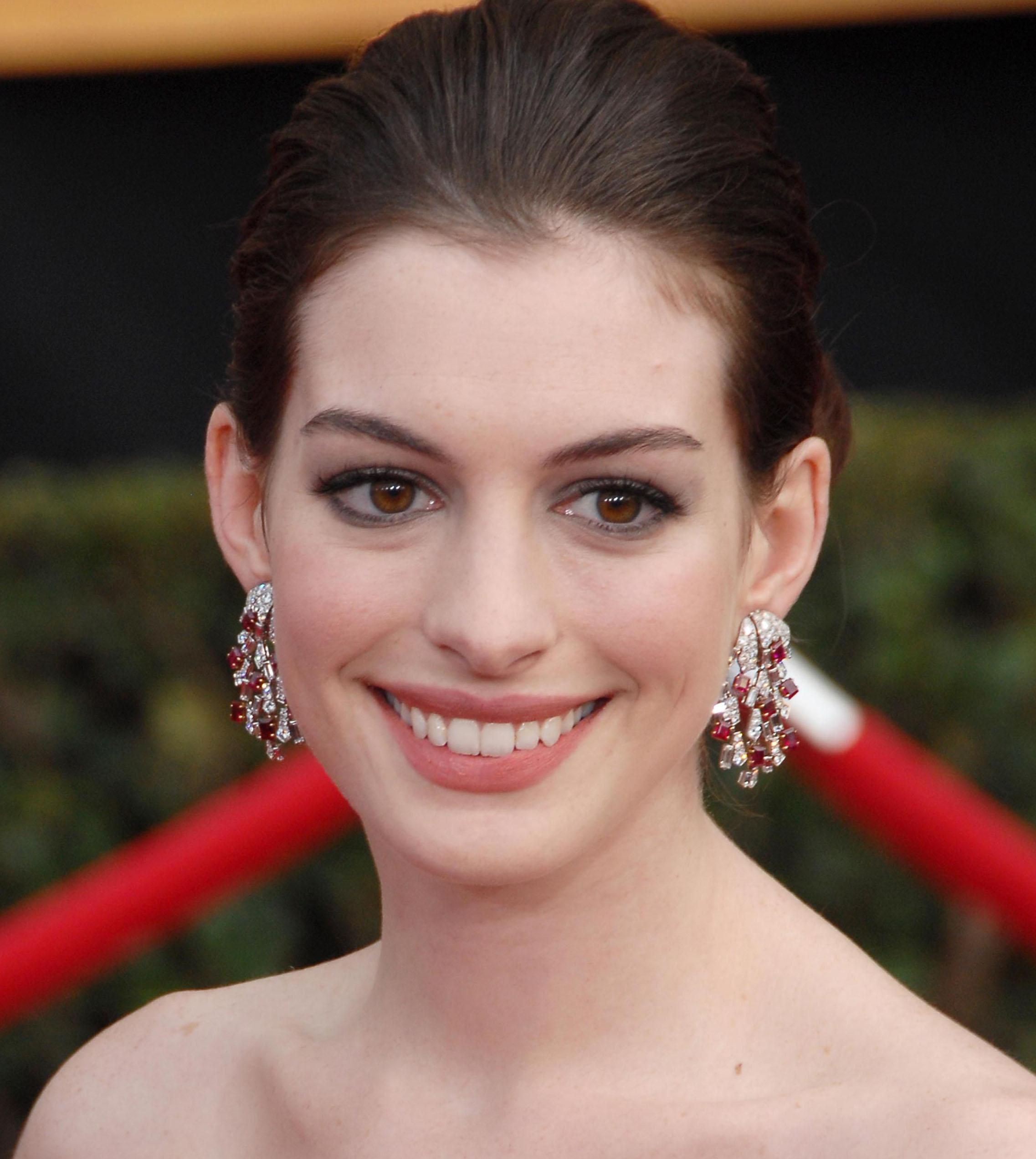 Anne Hathaway Kind: SAG Awards Red Carpet Jewelry: Gemstone Earrings